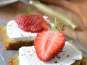 Tartines chèvre frais fraises pain pesto fanes {sans gluten}