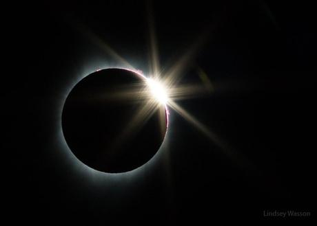 Les grains de Bailly apparaissent. Totalité de l'éclipse de Soleil -- Crédit : Lindsey Wasson