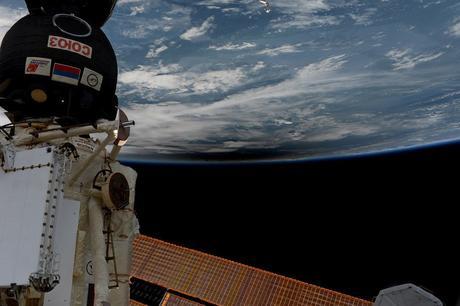Paolo Nespoli, astronaute de l'ESA à bord de la Station spatiale, n'a pas manqué l'événement. Vu de l'espace, à 400 km du sol terrestre, l'éclipse totale du Soleil offre un spectacle tout aussi impressionnant. Le limbe de la Terre est ici plongé dans les ténèbres — Crédit : ESA, NASA