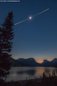 Image composite de l'éclipse totale de Soleil vue ici depuis une rive du Green River Lake, dans le Wyoming. Des nuages intermittents menaçaient la visibilité, raconte l'auteur de cette photo toute la séquence du phénomène, du début à la fin. Heureusement, le Soleil fut dégagé une minute avant qu'il ne devienne noir. La couronne est bien visible au moment de la totalité — Crédit : Ben Cooper, launchphotography.com