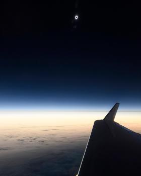 Photo prise en avion au-dessus de l'océan Pacifique. La Lune vient d'engloutir le Soleil. L'ombre de notre satellite se projette pour la première fois de la journée sur la Terre — Crédit : Babak Tafreshi, Twanight