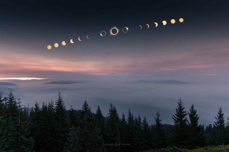 Autre photo composite montrant la Lune glissant devant le Soleil progressivement jusqu'à la totalité. Apparaît alors un Soleil noir couronné d'or suspendu au-dessus du manteau de brume recouvrant le lac Detroit dans l'Oregon. Magnifique ! — Crédit : Jasman Mander