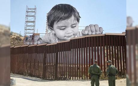 L'artiste JR installe une œuvre géante sur la frontière américano-mexicaine