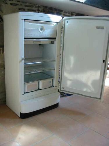 qui veut un v ritable frigidaire am ricain voir. Black Bedroom Furniture Sets. Home Design Ideas