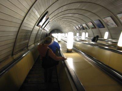 Un enorme tunnel et l'interminable escalator...vertigineux!coucou