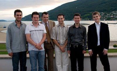 Les six Grands-Maîtres du tournoi majeur de Bienne 2008. De gauche à droite: Leinier Dominguez, Etienne Bacrot, Alexander Onischuk, Yannick Pelletier, Evgeny Alekseev, and Magnus Carlsen - photo site officiel