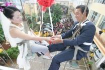 mariage sur une balançoire, main dans la main