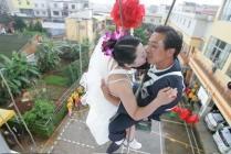 mariage sur une balançoire, baiser