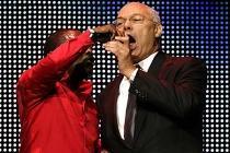 Colin Powell au micro sur la scène du Royal Albert Hall