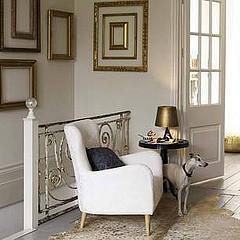 Couloir au décor blanc et doré
