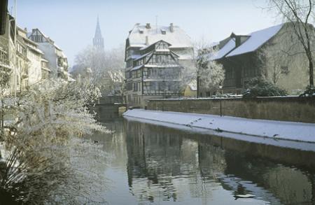 Le tourisme fluvial à Strasbourg : nouvel essor grâce aux bateaux mouches