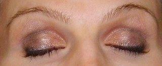 Maquillage des yeux par un professionnel M.A.C