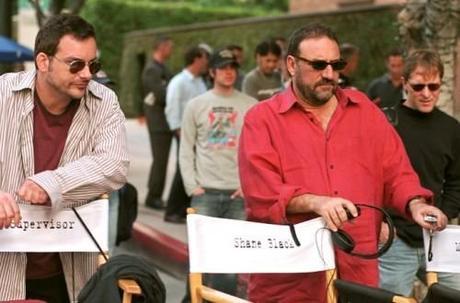 le réalisateur SHANE BLACK (à gauche) aux côtés du producteur JOEL SILVER sur le tournage de Kiss Kiss Bang Bang