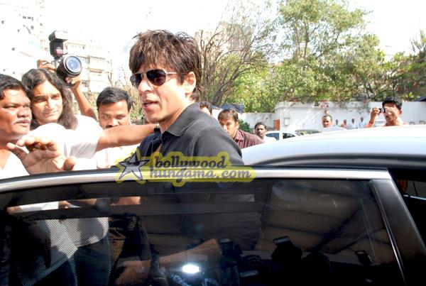[PHOTOS] Shahrukh Khan arrives at Breach Candy Hospital