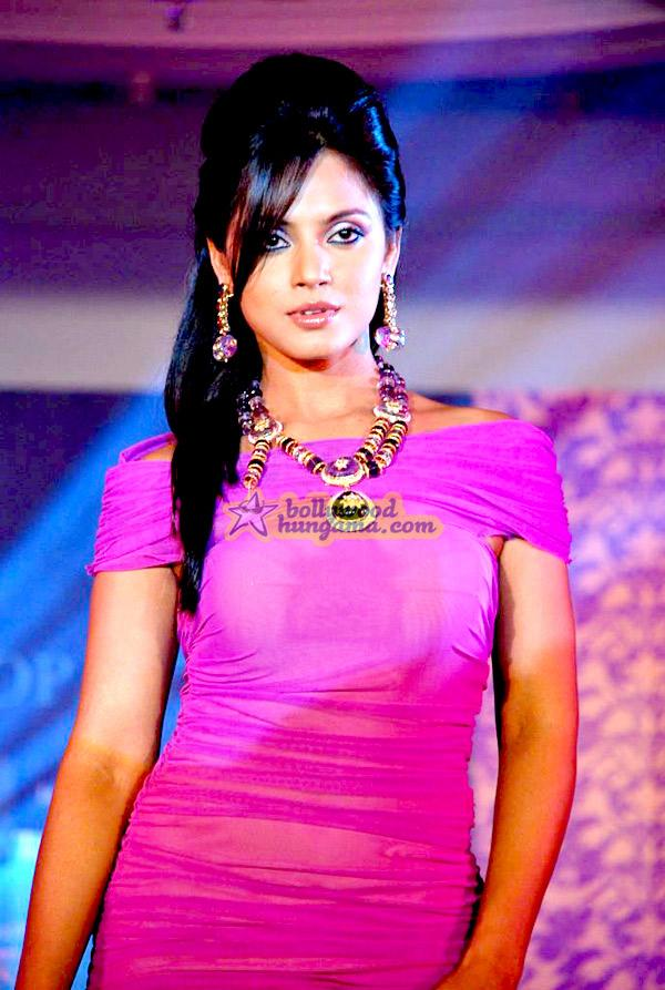 [PHOTOS] Neetu Chandra at Roopa Vohra's fashion show
