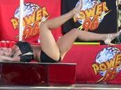 fille Hulk Hogan trémousse autour d'une barre