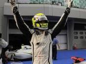 Jenson Button passe entre gouttes Sepang