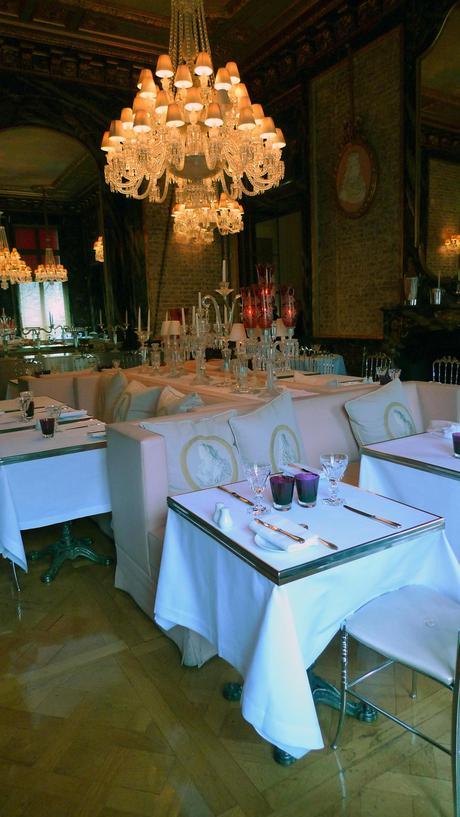 Cristal Room Baccarat : un restaurant tendance mis en scène par Philippe Starck.
