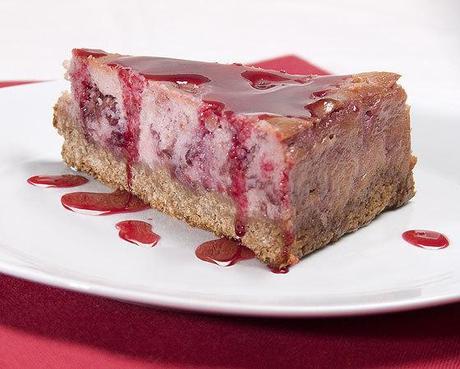 Cheesecake aux griottes et pétales de rose