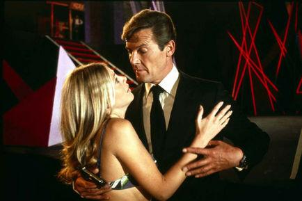 Britt Ekland, Roger Moore, Guy Hamilton, Ian Fleming dans L'Homme au pistolet d'or (Photo)