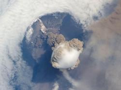L'éruption, immortalisée depuis l'ISS (crédit photo : Nasa)