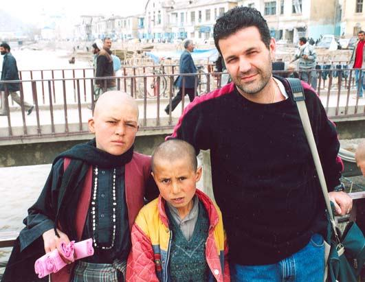 khaled-hosseini-and-2-afghan-kids.1246351456.jpg