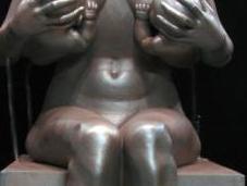 Statue d'Angelina Jolie allaitant jumeaux
