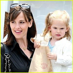jennifer-garner-violet-affleck-country-mart.jpg