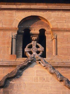 Sculptures étranges sur le transept et la base du clocher