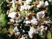 Salade brocoli l'avocat, feta pignons grillés