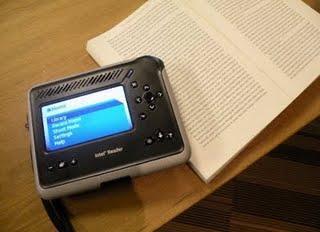 L'intel Reader photographie et vous lit le texte.