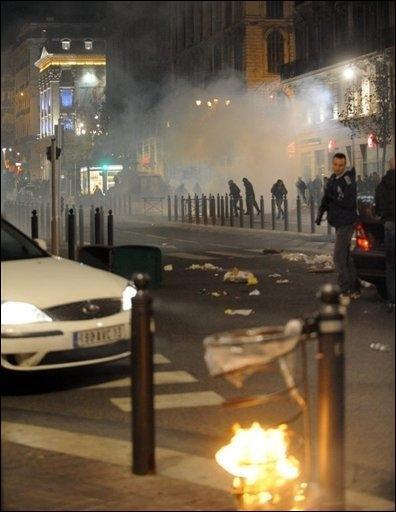 Une poubelle brûlée par des supporteurs de l'équipe algérienne, le 14 novembre 2009 à Marseille