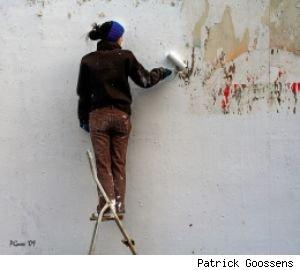 Woman-painting-wall2