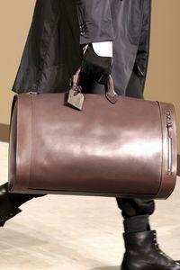 0008886011 Les sacs du défilé Louis Vuitton homme automne hiver 2010-2011 ...