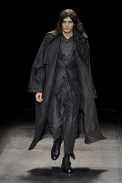 Le défilé Dior homme automne hiver 2010-2011 - À Lire 31c852b9192
