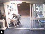videos insolites: femme accouche devant caméras surveillance dans toilettes