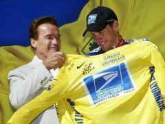 Tour de France 2003 - Un jeune homme au torse large, remettant le maillot jaune