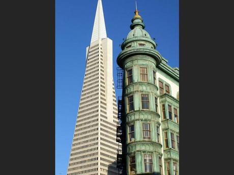 Contraste de styles sur Columbus Street à San Francisco, aux Etats-Unis