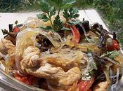 Vermicelles soja, poulet champignons noirs épices.