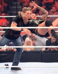 Randy Orton place un RKO à Edge