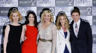 Actresses (L-R) Cynthia Nixon, Kristin Davis, Kim Catrall and Sarah Jessica Parker and Director Michael Patrick King (R) pose for photographers during a photo call for Sex and the City 2 in Tokyo May 31, 2010. REUTERS/Michael Caronna (JAPAN - Tags: ENTERTAINMENT)