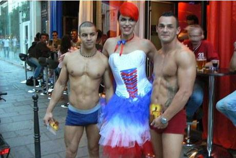 http://www.gayvox.com/cke/tonia-raidd-bar.jpg