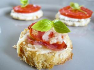 Apéritif, des idées d'amuse-bouche : croque jambon, tomate et gruyère