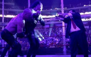 Undertaker aveuglé par Paul Bearer