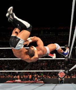 Les deux ex membres de l'équipe Hart Dynasty s'affrontent à Raw le 06 décembre 2010