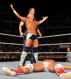 Après sa défaite David Hart Smith se fait attaquer par Tyson Kidd et un inconnu