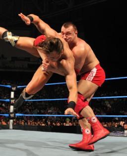 Les champions par équipe de la WWE, Vladimir Kozlov et Santino Marella se sont imposés face à Chavo Guerrero et Drew McIntyre