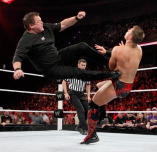 Jerry Lawler le commentateur de Raw donne la leçon au Champion de la WWE The Miz