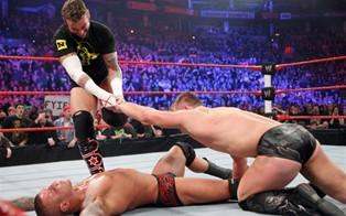 Le leader des new Nexus, CM Punk, met KO Randy Orton et sauve la ceinture de The Miz