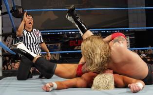 Arbitrant le championnat du monde Vickie Guerrero se blesse et ne peut sauver son boyfriend Dolph Ziggler